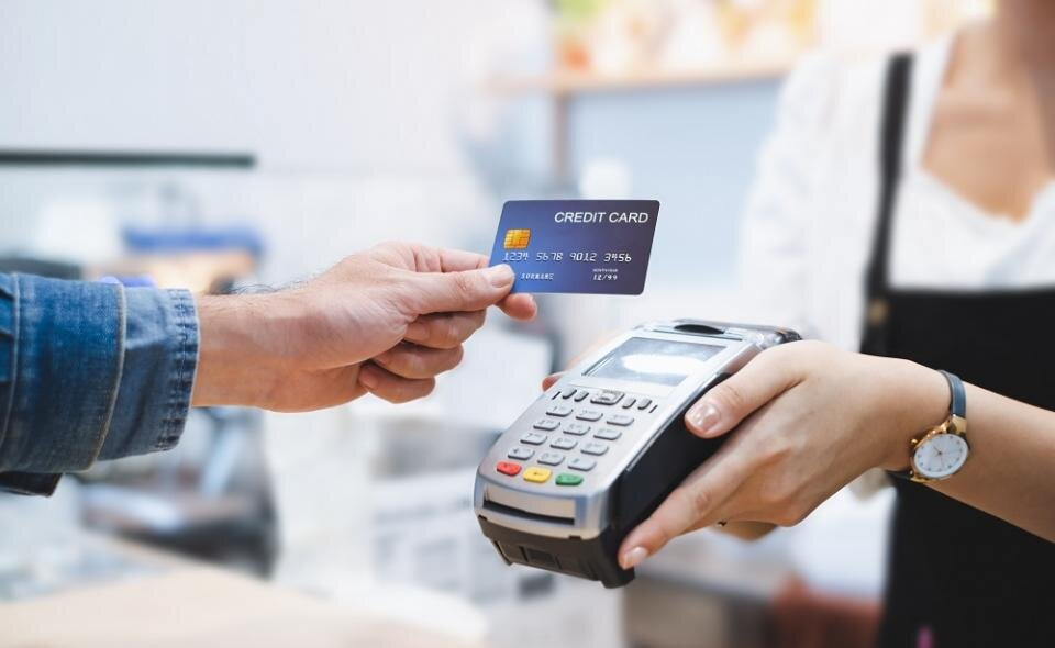 płatności kartą na terminalu płatniczym
